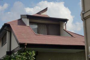 コロニアル屋根 水洗い、下塗り中塗り上塗りの工程で塗り替え