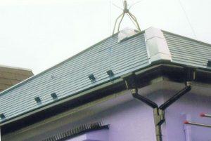 コロニアル屋根 棟笠木も塗り替え(遮熱)特に笠木釘打ちも、再チェック。台風や雨水進入を防ぐリスク対策も考えています