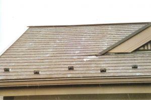 コロニヤル屋根を高圧洗浄をかけ、キレイに苔や汚れを落とした後、ヤネMシリコンで塗装しました